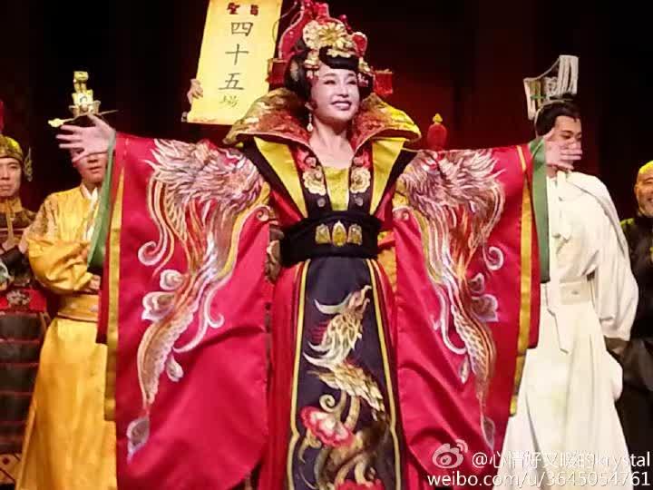 女神刘晓庆出演话剧《武则天》 现场掌声不断