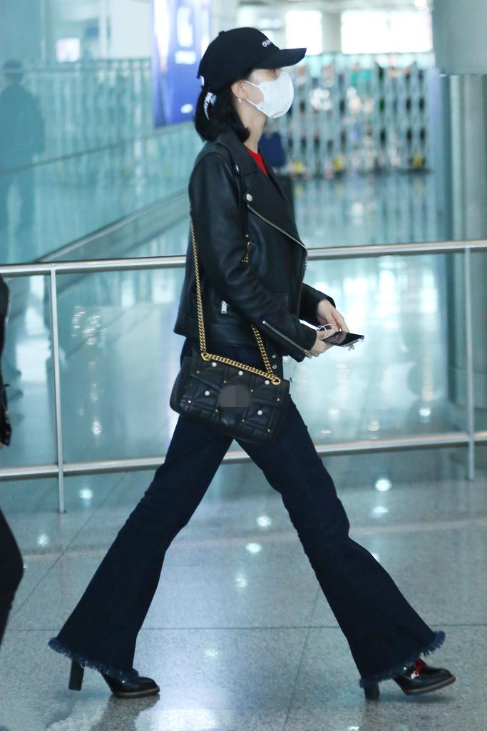 刘诗诗全副武装现身机场 大步流星长腿抢镜