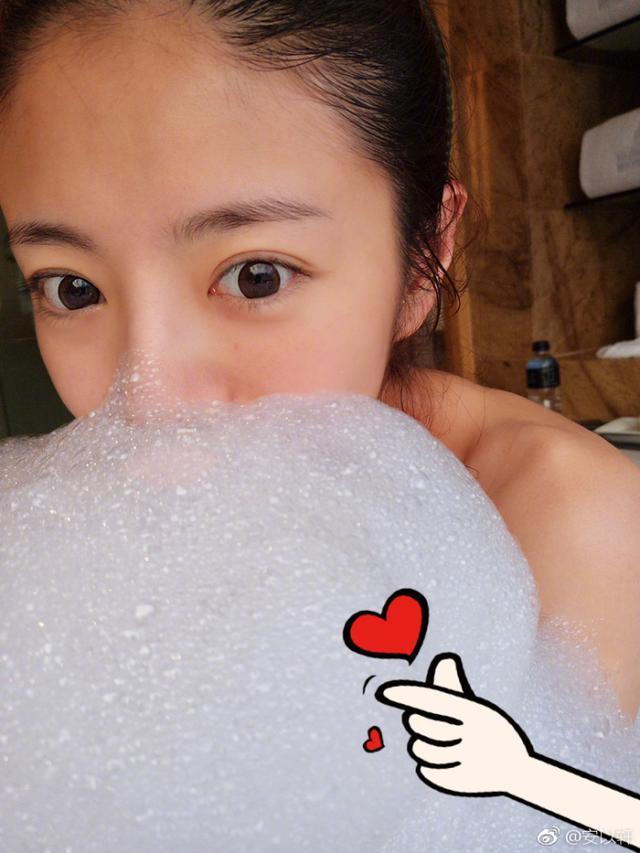 """安以轩晒""""幸福的泡泡""""浴照,除了纯素颜我更关心这照片谁照的~"""