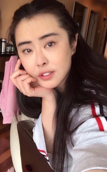 王祖贤晒近照皮肤白皙 依旧是女神模样